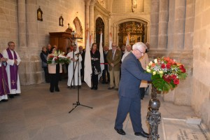 Don Baldomero Benito Jiménez deposita las flores en tumba del Venerable Luis de Trelles